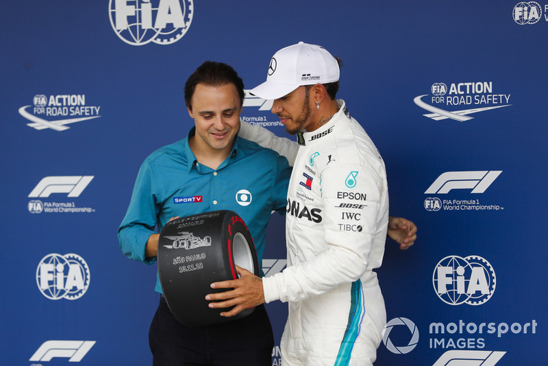 Felipe Massa menyerahkan trofi pole pada Lewis Hamilton, Mercedes AMG F1