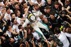 Zwycięzca wyścigu Lewis Hamilton, Mercedes AMG F1, cieszy się w parku zamkniętym
