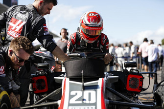 Kevin Magnussen, Haas F1 Team, arrives on the grid