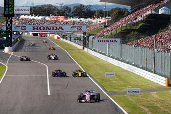 Esteban Ocon, Racing Point Force India VJM11, voor Brendon Hartley, Toro Rosso STR13, Carlos Sainz Jr., Renault Sport F1 Team R.S. 18, en Kevin Magnussen, Haas F1 Team VF-18