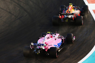 Esteban Ocon, Racing Point Force India VJM11 en Max Verstappen, Red Bull Racing RB14