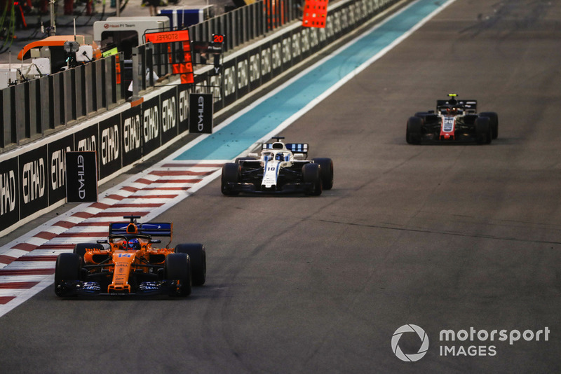Fernando Alonso, McLaren MCL33, Lance Stroll, Williams FW41 y Kevin Magnussen, Haas F1 Team VF-18
