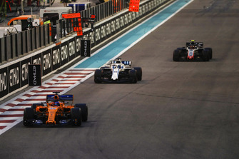 Fernando Alonso, McLaren MCL33, leads Lance Stroll, Williams FW41, and Kevin Magnussen, Haas F1 Team VF-18