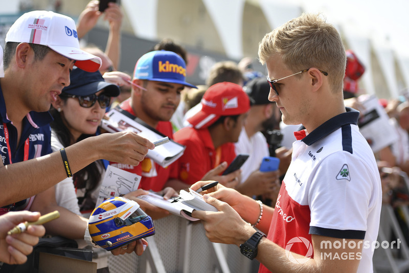 Marcus Ericsson, Sauber signs autographs for the fans