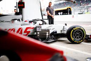 Romain Grosjean, Haas F1 Team VF-18, sort du garage
