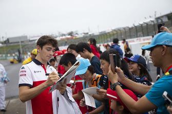 Charles Leclerc, Sauber firma autógrafos para los fans