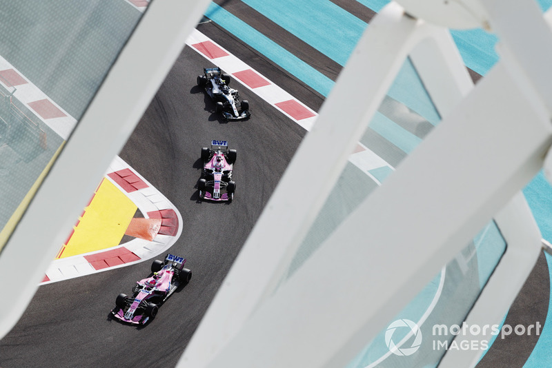 Esteban Ocon, Racing Point Force India VJM11, Sergio Pérez, Racing Point Force India VJM11, y Valtteri Bottas, Mercedes AMG F1 W09 EQ Power+