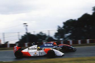 Ayrton Senna, McLaren Ford MP4/8 passeert Eddie Irvine, Jordan Hart J193