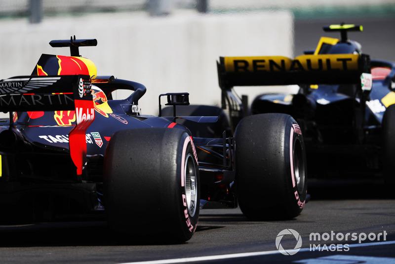 Daniel Ricciardo, Red Bull Racing RB14, suit Carlos Sainz Jr, Renault Sport F1 Team, dans la voie des stands