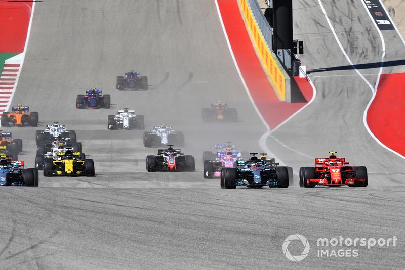 Kimi Raikkonen, Ferrari SF71H et Lewis Hamilton, Mercedes-AMG F1 W09 en lutte au départ