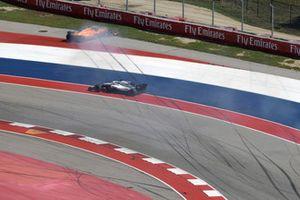 Lance Stroll, Williams FW41 en Fernando Alonso, McLaren MCL33 raken elkaar in de openingsronde