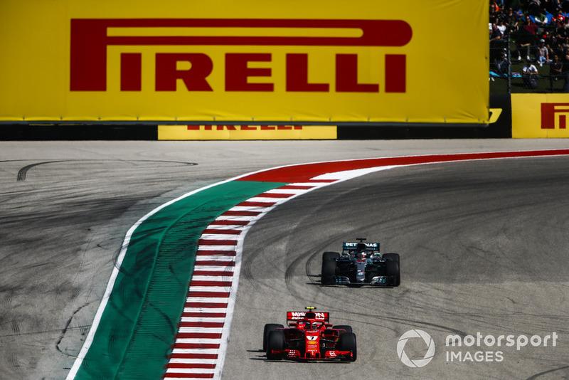 Kimi Raikkonen, Ferrari SF71H, precede Lewis Hamilton, Mercedes AMG F1 W09 EQ Power+