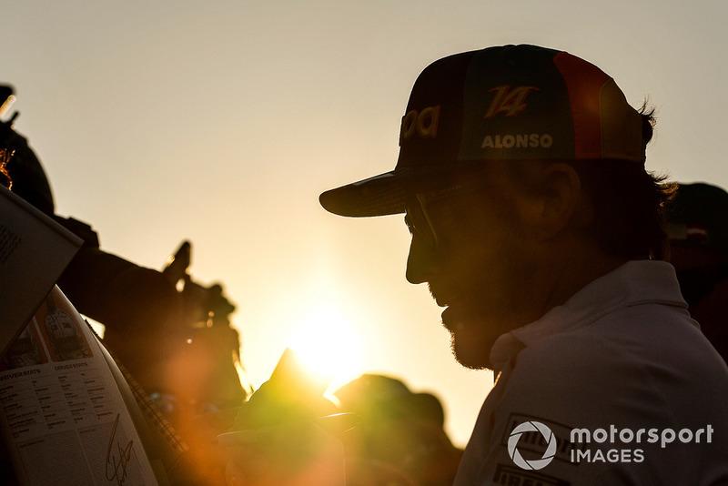 Fernando Alonso, McLaren firma autógrafos para los aficionados