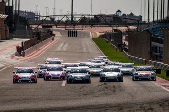 انطلاقة السباق الافتتاحي من جولة البحرين الثانية من تحدي كأس بورشه جي تي 3 الشرق الأوسط