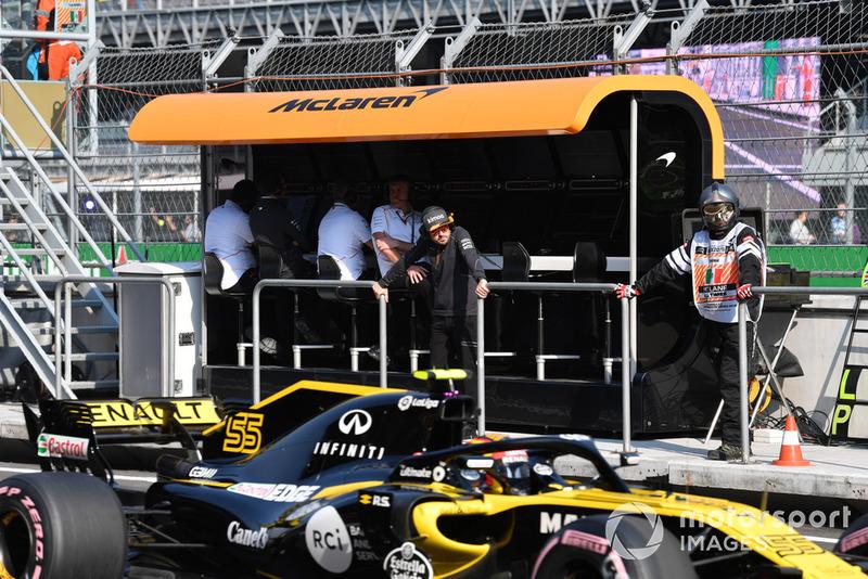 Fernando Alonso, McLaren en pórtico de muro de pits