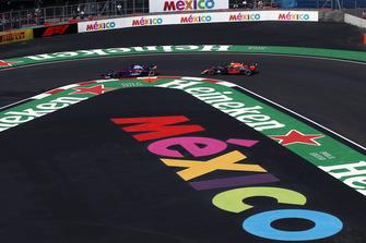 Brendon Hartley, Scuderia Toro Rosso STR13 et Max Verstappen, Red Bull Racing RB14