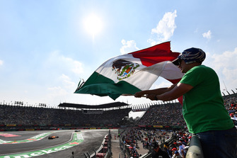 Fernando Alonso, McLaren MCL33 and fan with Mexican flag