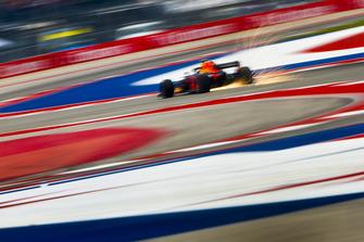 Las chispas vuelan desde la parte trasera de Max Verstappen, Red Bull Racing RB14