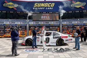 Ganador de la pole Christopher Bell, Joe Gibbs Racing, Toyota Camry GameStop NBA 2K19