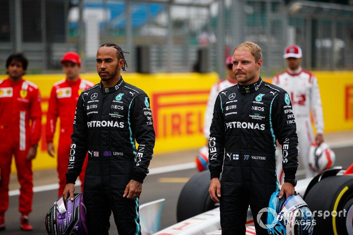 Lewis Hamilton, Mercedes y Valtteri Bottas, Mercedes en el evento de lanzamiento del coche de Fórmula 1 de 2022 en la parrilla de Silverstone