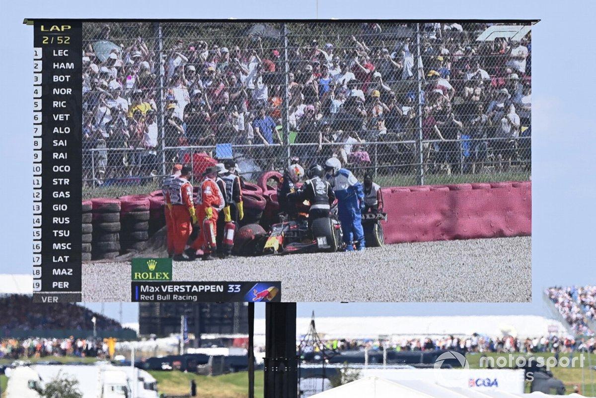 Max Verstappen, Red Bull Racing RB16B, sale de su coche dañado tras chocar en la primera vuelta