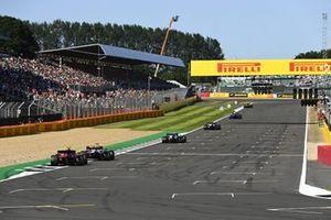 Kimi Raikkonen, Alfa Romeo Racing C41, Carlos Sainz Jr., Ferrari SF21