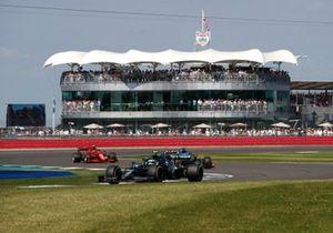 Sebastian Vettel, Aston Martin AMR21, Fernando Alonso, Alpine A521, and Carlos Sainz Jr., Ferrari SF21
