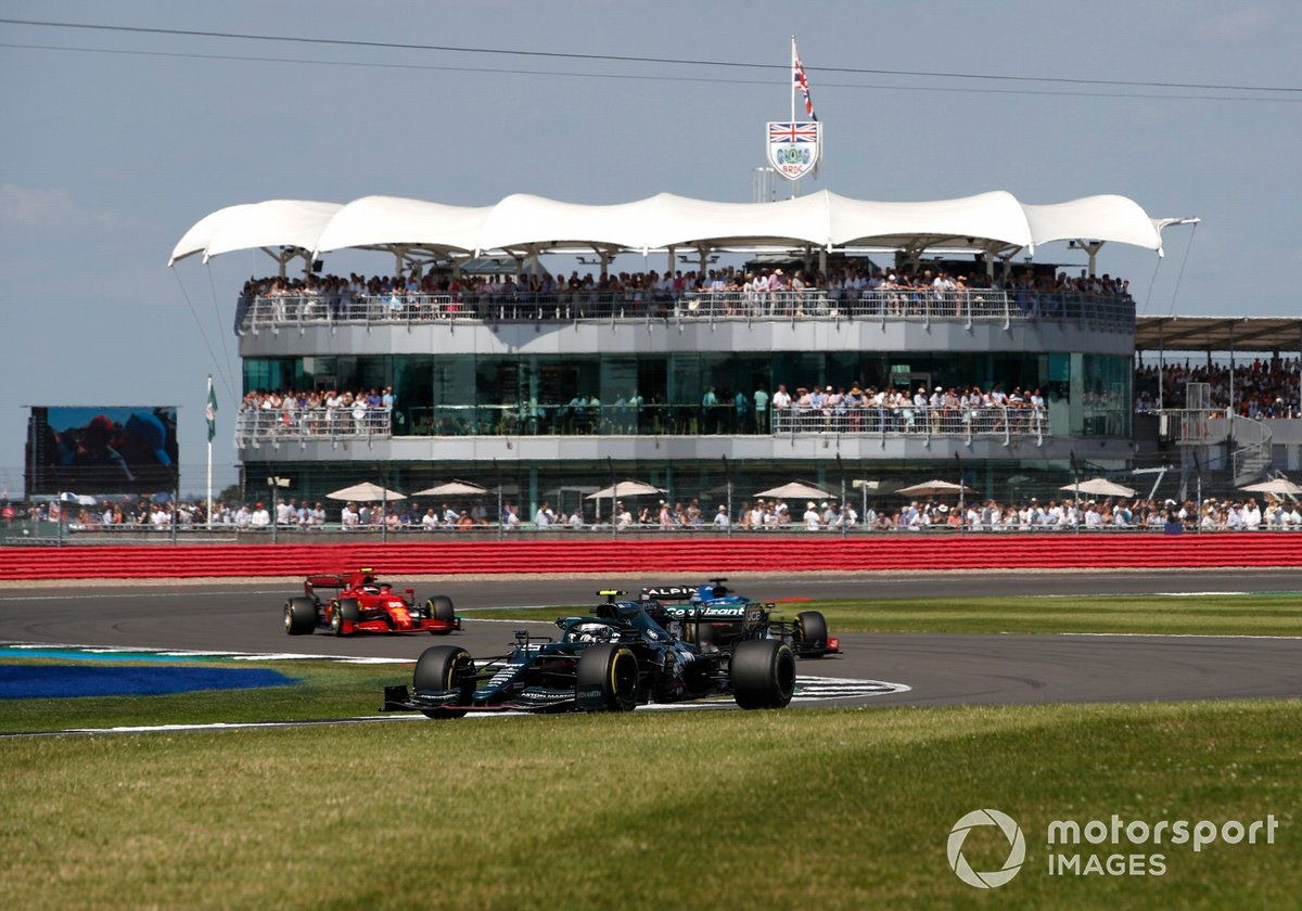 Sebastian Vettel, Aston Martin AMR21, Fernando Alonso, Alpine A521, e Carlos Sainz Jr., Ferrari SF21