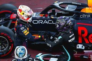 Max Verstappen, Red Bull Racing, felicita al poleman Lewis Hamilton, Mercedes, en el Parc Ferme