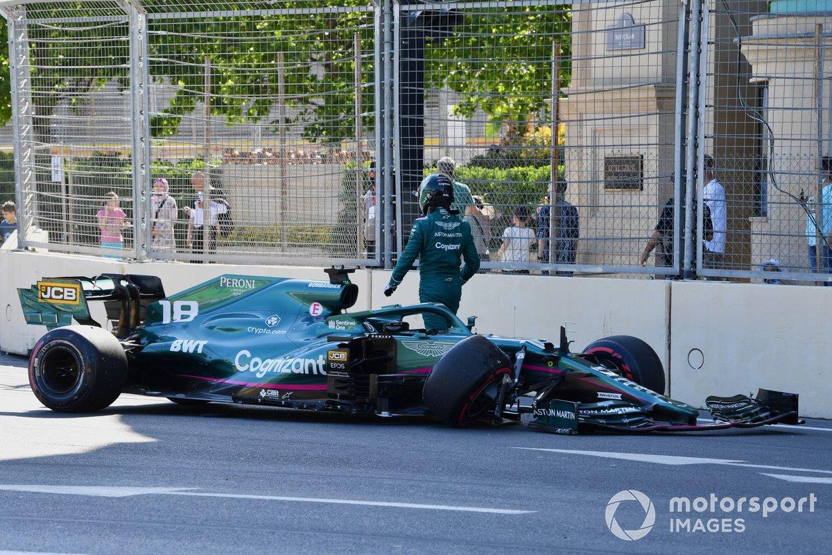 Lance Stroll, Aston Martin AMR21, se aleja de su coche tras chocar con el muro