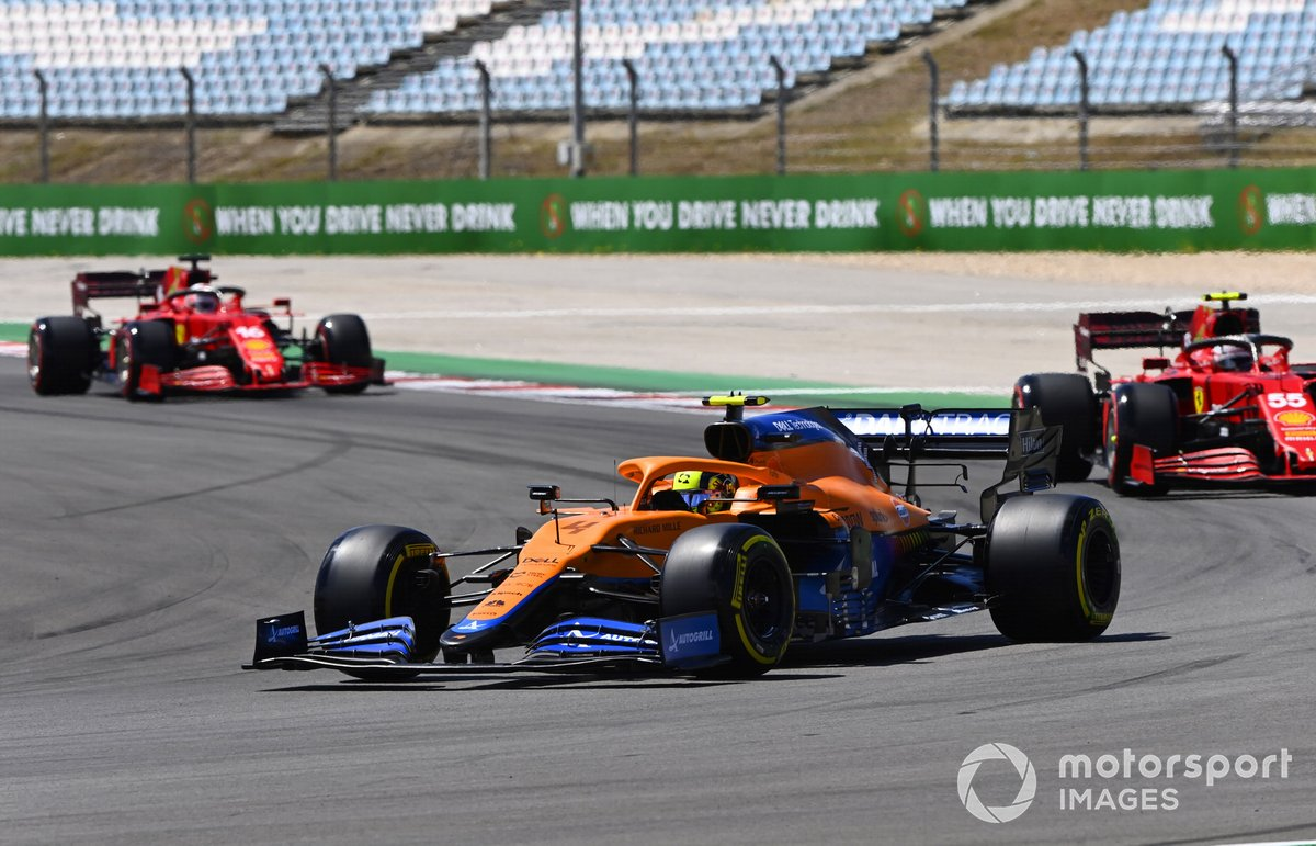 Lando Norris, McLaren MCL35M, Carlos Sainz Jr., Ferrari SF21, Charles Leclerc, Ferrari SF21