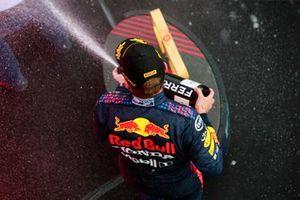 Max Verstappen, Red Bull Racing, 1° classificato, festeggia sul podio