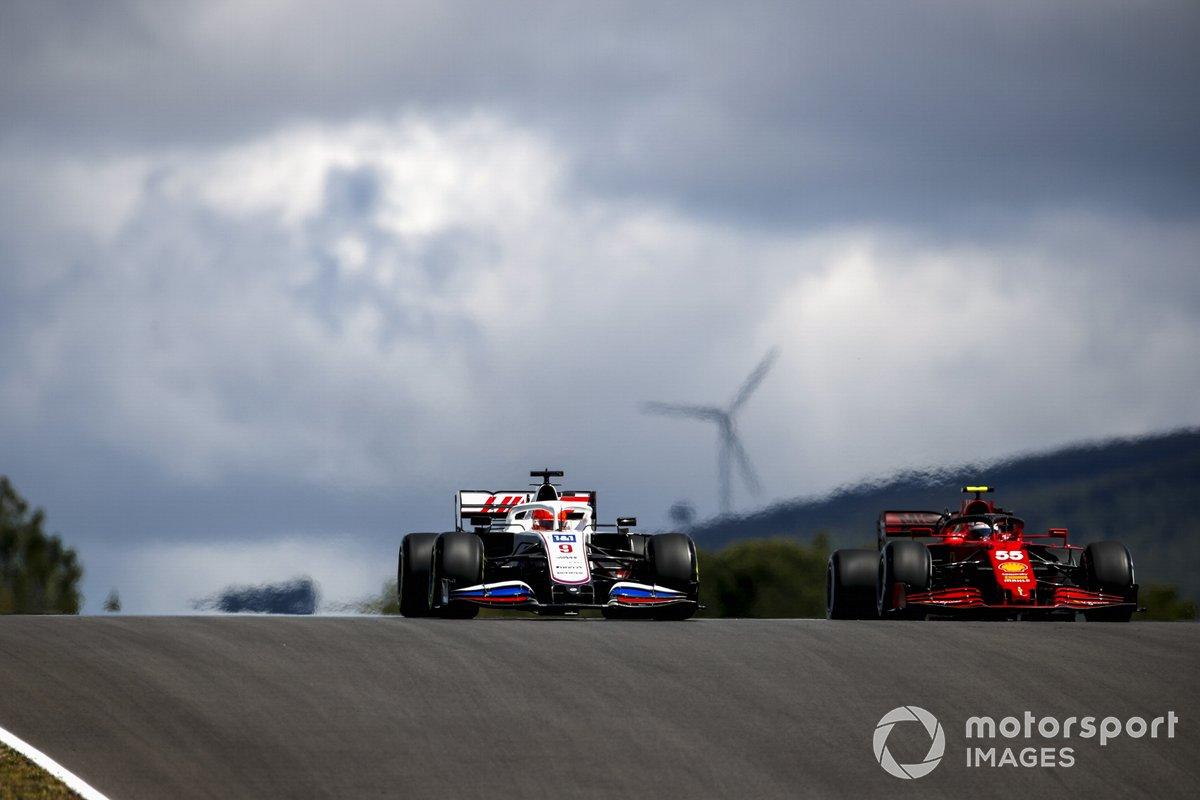 Nikita Mazepin, Haas VF-21, Carlos Sainz Jr., Ferrari SF21