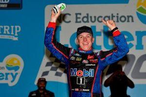 Ganador John Hunter Nemechek, Kyle Busch Motorsports, Toyota Tundra Mobil 1