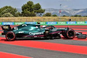 Sebastian Vettel, Aston Martin AMR21, torna in pista dopo il testacoda nella FP1