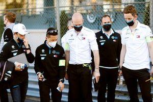 Nyck de Vries, Mercedes-Benz EQ, cammina in pista con il team