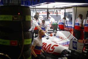 Никита Мазепин, Haas VF-21, в гараже
