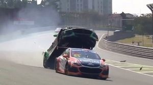 Gaetano di Mauro wordt gelanceerd tijdens een race van het Braziliaans Stock Car-kampioenschap
