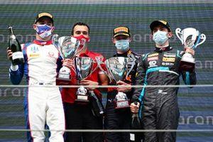 Podio: il vincitore Dennis Hauger, Prema Racing, secondo posto Jack Doohan, Trident, terzo posto HWA Racelab