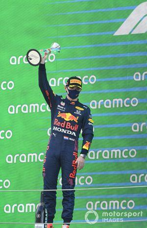 Max Verstappen, Red Bull Racing, 2 ° posto, con il suo trofeo