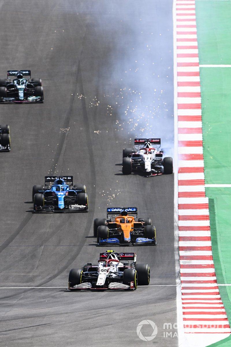 Antonio Giovinazzi, Alfa Romeo Racing C41, Daniel Ricciardo, McLaren MCL35M, e Fernando Alonso, Alpine A521, mentre Kimi Raikkonen, Alfa Romeo Racing C41, si ferma con l'ala frontale danneggiata