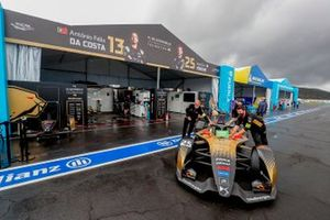 Los mecánicos mueven el coche de Jean-Eric Vergne, DS Techeetah, DS E-Tense FE21