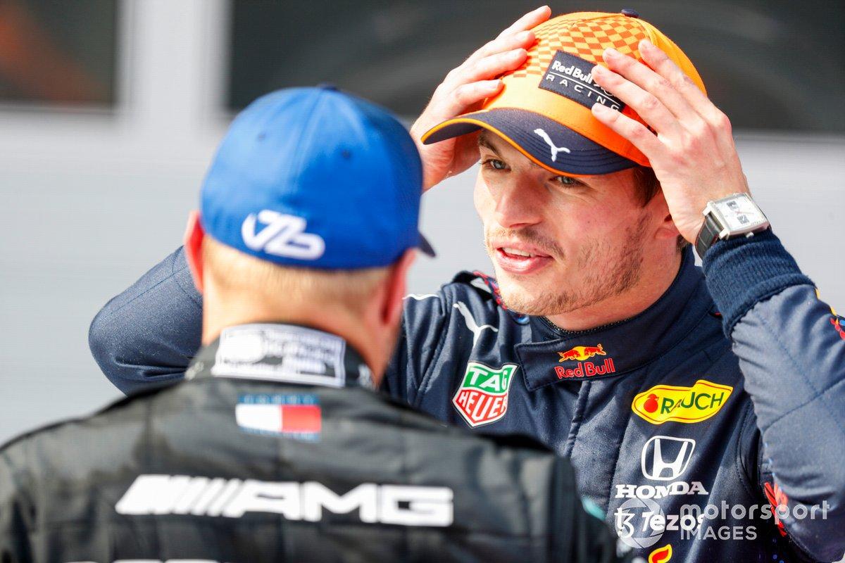 Ganador Max Verstappen, Red Bull Racing, y el segundo lugar Valtteri Bottas, Mercedes, en Parc Ferme