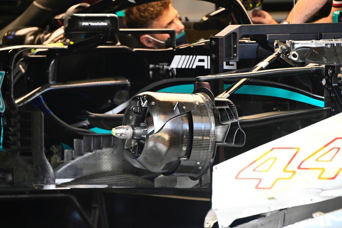 Detalle del conducto delantero de los frenos del Mercedes W12