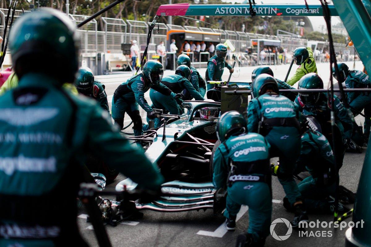 Sebastian Vettel, Aston Martin AMR21, pit stop