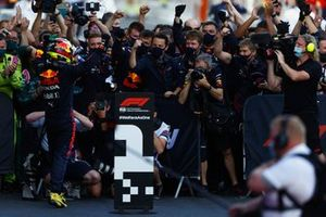 Sergio Perez, Red Bull Racing, célèbre sa victoire dans le Parc Fermé