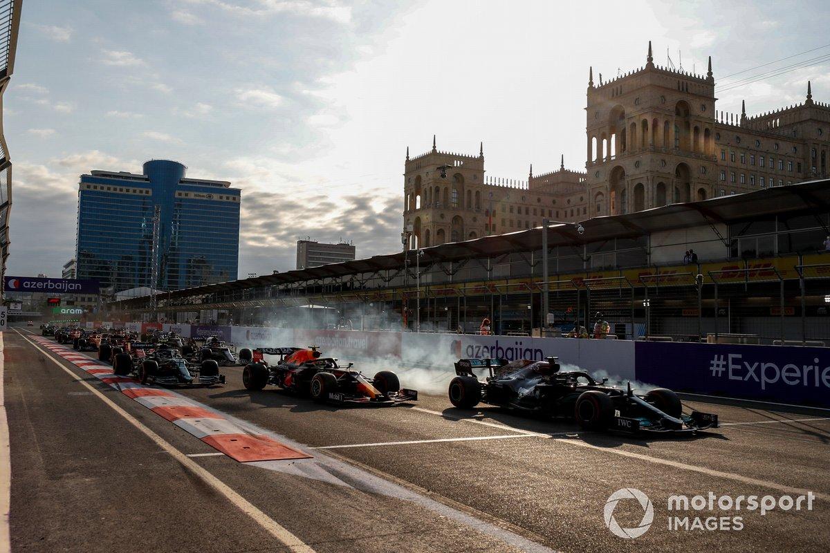 Lewis Hamilton, Mercedes W12 se bloquea y se sigue de largo al reinicio, Pérez, Red Bull Racing RB16B