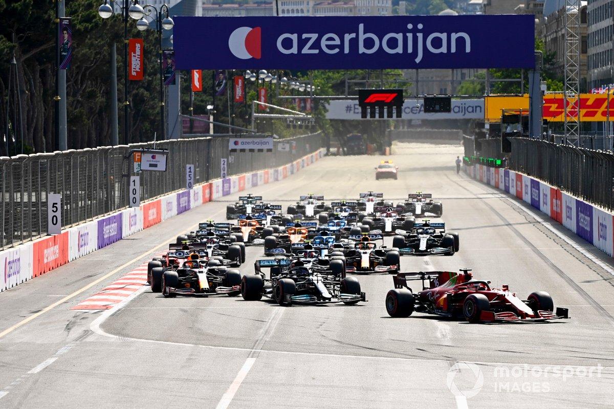 Charles Leclerc, Ferrari SF21, Lewis Hamilton, Mercedes W12, Max Verstappen, Red Bull Racing RB16B, al inicio