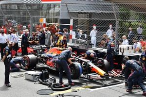 Mechanics prepare the car of Max Verstappen, Red Bull Racing RB16B, on the grid. Adrian Newey, Chief Technical Officer, Red Bull Racing, look on