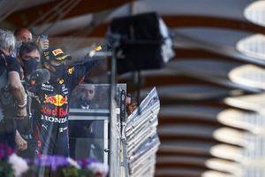 Sergio Perez, Red Bull Racing, 1° classificato, arriva sul podio